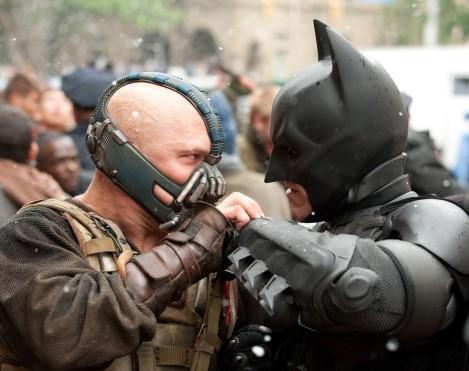 """Cocciquote: Per la terza volta, con The Dark Knight Rises, Nolan racconta un mondo come il nostro, ed è al nostro tempo che guarda con quello che non esito a definire il suo film più politico. Sceglie di rappresentare i due poli dell'attuale crisi: i ricchi speculatori che dissipano le risorse del mondo privandolo di equilibrio e coloro che, chiamandosi """"Il popolo"""", vorrebbero rovesciarli per impedire che """"Così pochi abbiano così tanto"""". Non dà torto e non dà ragione, espone i pericoli che si nascondono dietro i due """"partiti"""" ma, come il trucco di un mago, l'uomo che ha rivitalizzato un eroe uscito con le ossa a pezzi dalla cura Joel Schumacher portandolo a vincere lo scudetto della trilogia più bella della storia del cinema, dietro le vicende dell'uomo pipistrello riporta l'idealismo dentro al cinema, mettendo sulle spalle della cosiddetta maggioranza silenziosa le sorti dell'umanità."""