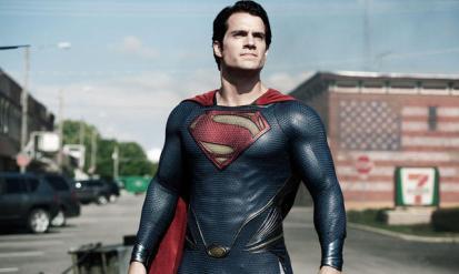"""Henry Cavill non volle in nessun modo prendere steroidi per migliorare la sua muscolatura o che il suo fisico fosse ritoccato al computer per le scene in cui era senza maglietta. Non ritenne opportuno che si usassero simili trucchi per interpretare un personaggio puro come Superman. Così si impose un regime di allenamento e di alimentazione che lo portò, in sei settimane, ad avere allena il 7% di massa grassa nel corpo, come quello dei bodybuilder. Lo sforzo fu ripagato e tutti hanno """"apprezzato"""" la performance di Cavill senza maglietta. Al termine delle 6 settimane, il regista ricompensò Cavill con un barattolo di gelato e una pizza."""