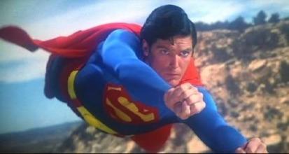 Marlon Brando fece inserire nel suo contratto la clausola che avrebbe lavorato non più di 12 giorni e si rifiutò di imparare a memoria le sue battute. Ad esempio, nella scena in cui Jor-El mette nella navicella di salvataggio il figlio Kal-El, Brando legge la battute scritte sul pannolino del neonato. Per avere un fisico credibile da Superman, Christopher Reeves si allenò con David Prowse, l'uomo sotto la maschera di Darth Vader.