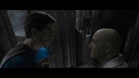 """Nell'ultima battuta di Superman IV (1986), l'uomo d'acciaio dice a Lex Luthor """"Ci rivediamo tra vent'anni"""". Be' Superman returns uscì nel 2006, a venti anni esatti da quel film e tra i personaggi c'è proprio Lex Luthor (interpretato da Kevin Spacey). Un'altra curiosità riguarda Amy Adams. La Lois Lane dell'ultimo Superman, quello di Zack Snyder, era stata presa in considerazione già da Bryan Singer per questo film."""